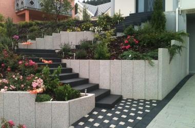Escalier et mur de soutènement