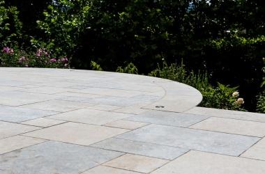 Terrasse avec dalles en pierre naturelle